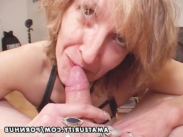 видео взрослая женщина берет в ротик