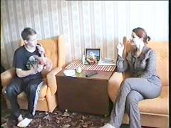 Зрелая русская дама выслушала интимное признание молодого пацана и ебется с ним на полу