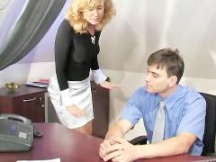 Зрелая русская секретарша горит желанием расслабить своего начальника влагалищем