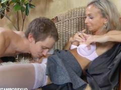 Зрелая русская домохозяйка бесстыдно изменяет мужу с молодым любовником