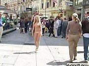 Девушки ходят голыми по улицам города