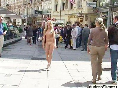 Голые девушки ходят по городу фото