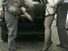 Вывезли зрелую блондинку в лес и выебали вдвоем около машины
