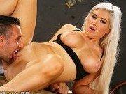Гиг Порно членом в горло Порно звезда возбудилась от ласк парня на тренажере
