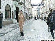 Сумасшедшая девушка ходит голой по улицам зимой