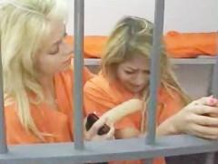 Опытная заключенная заставляет новую девушку встать раком и получить страпоном в пизду