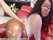 Чернокожая дамочка и ее соблазнительная поза