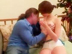 Молодая рыжая девушка впервые позволяет фаллосу жестоко пронзить ее пизду