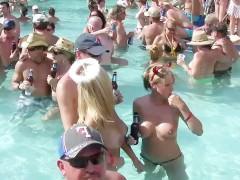 Подборка любительской пляжной вечеринки с голыми сиськами зрелых баб