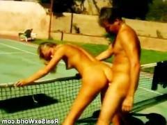 Проиграв партию в теннис, шикарная блондинка горит тут же расплатиться по счету. Вот мужик и ставит ее раком к сетке, чтобы умело и бурно оттрахать в свое удовольствие!