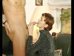 Зрелая немецкая женщина сосет хуй любовника и получает дилдо в свою пизду