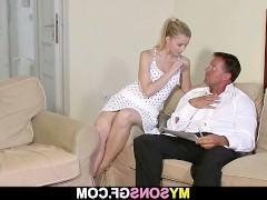 Мужик прекрасно понимает, что молодая блондинка так запала на него, что не отвяжется, пока он ее не поимеет. Поэтому, вздыхая, чувак соглашается на трах с ней на диване!