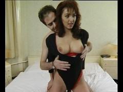 Рыжеволосая зрелая дама встречает любовника в белье и жадно ебется с ним