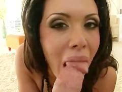 Фаллос кавалера наслаждается отличным отсосом умелой зрелой порно модели