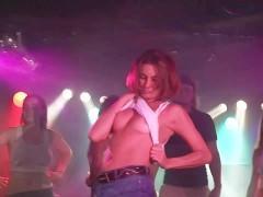 Молодые девки публично обнажают сиськи на конкурсе в ночном клубе