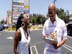 Негр познакомился с молодой негритянкой на улице и привел ее трахаться