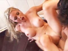 Гиг Порно aubrey black Зрелая блондинка занимается грубым сексом на ступеньках лестницы