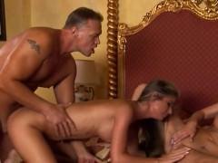 Две шикарные зрелые порно модели пригласили мужика для ебли в жопы