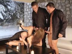 Молодая красотка составляет сексуальную компанию трем мужчинам и жадно ебется с ними