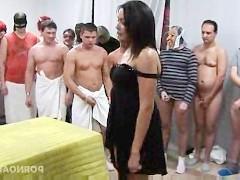 Толпа мужиков жестоко трахает зрелую азиатку и поливает ее своей спермой