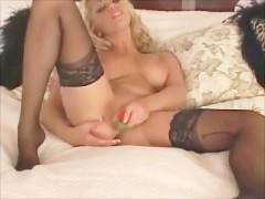 Роскошная зрелая порно звезда жадно трахает влагалище вибратором
