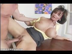 Озабоченная зрелая порно звезда соблазнила сантехника на еблю
