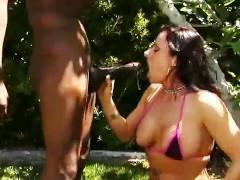 Зрелая порно звезда не прочь втихую отсосать в саду большой фаллос негра