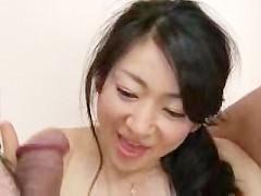 Зрелая азиатка помогает молодому парню научиться правильно трахать женщину