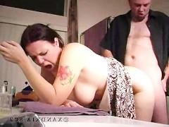 Гиг Порно Зрелая жена с удовольствием стоит раком и ебется с похотливым мужем