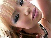 Порно модель выглядит как настоящая кукла Барби