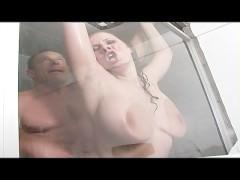 Гиг Порно  Распаренная зрелая порно звезда занимается диким сексом с ухажером в душе