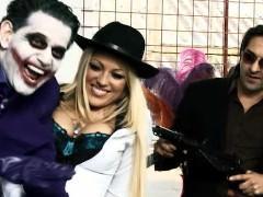 Бэтмен жадно трахается с двумя сиськастыми зрелыми поклонницами в групповом сексе