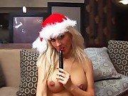 Блондиночка мастурбирует в костюме снегурочки