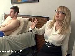Гиг Порно Зрелая тетка застала парня за дрочкой хуя и поспешила с ним потрахаться