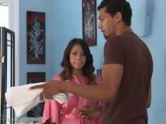 Молодая массажистка заинтересовалась фаллосом своего клиента