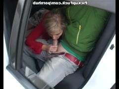 Молодая уличная шлюшка не прочь отсосать парню в машине за хорошую сумму денег