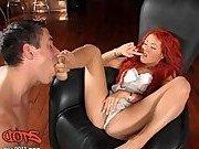 Гиг Порно  Мужик трахает рыжеволосую порно звезду и ласкает ножки