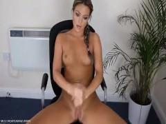 Молодая порно модель сидит в кресле перед камерой и рассказывает о сексе
