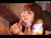 Молодая японка старается сосать подольше