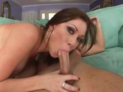 Зрелая порно звезда убрала свое красное бикини и жадно ебется в жопу с ухажером