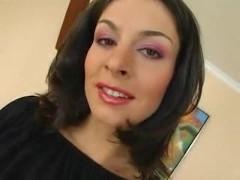 Раскованная молодая порно модель со стрижкой на лобке позволила ухажерам оттрахать себя
