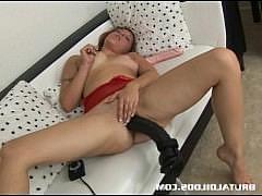 Влагалище зрелой дамы принимает в себя гигантский фаллоимитатор