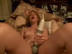 Молодая порно модель потрахала пизду дилдо и сосет хуй у азиатского парня