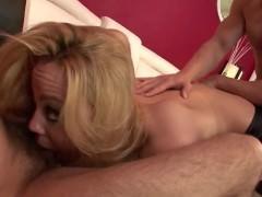 Развратная молодая порно модель в чулках поражает кавалеров желанием ебаться во все дырки
