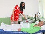 Медсестра проверила пульс пациента через минет