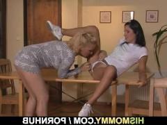 Зрелая баба успешно соблазнила молодую девку на классный лесбийский секс с ней