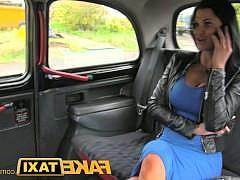 Лондонское такси с жаркой еблей в машине крупным планом на видео камеру