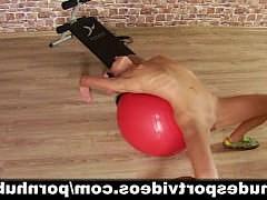 Худая и спортивная девочка показывает голый фитнес по домашнему