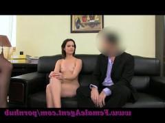 Женщина порно агент трахает молодую кандидатку на пару с мужиком