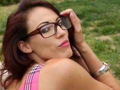 Красивая молодая порно модель в очках готова оттянуть трусики и открыть доступ в пизду